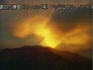 Suwanosejima - incandescence on 12/22/2020 / 3:10 a.m. and 5:08 a.m. following continued Strombolian activity - JMA webcam - one click to enlarge