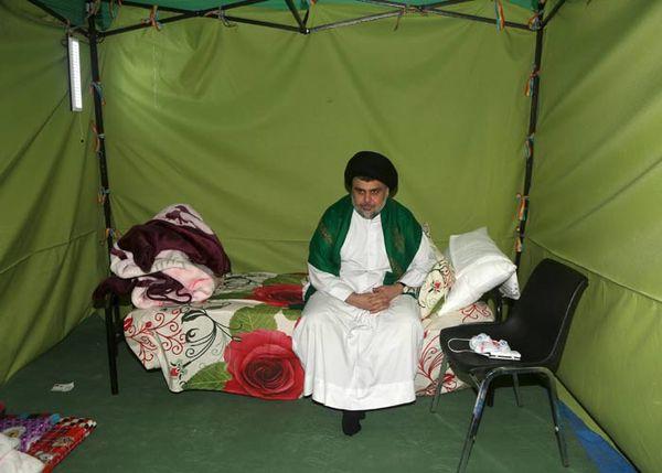 Moqtada al-Sadr sous un tente dans la Zone verte