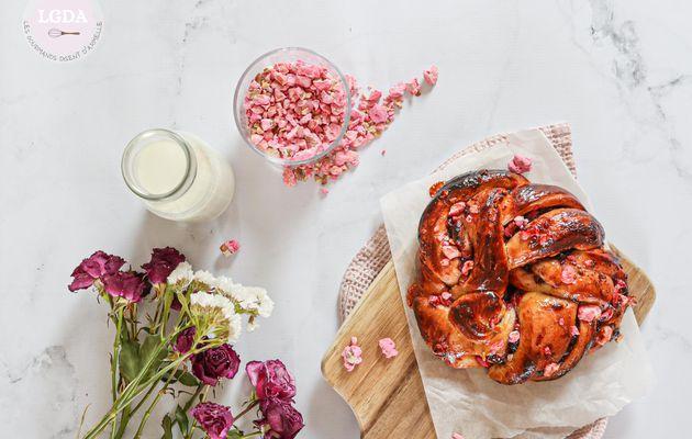 Babka aux pralines roses et confiture de fraise
