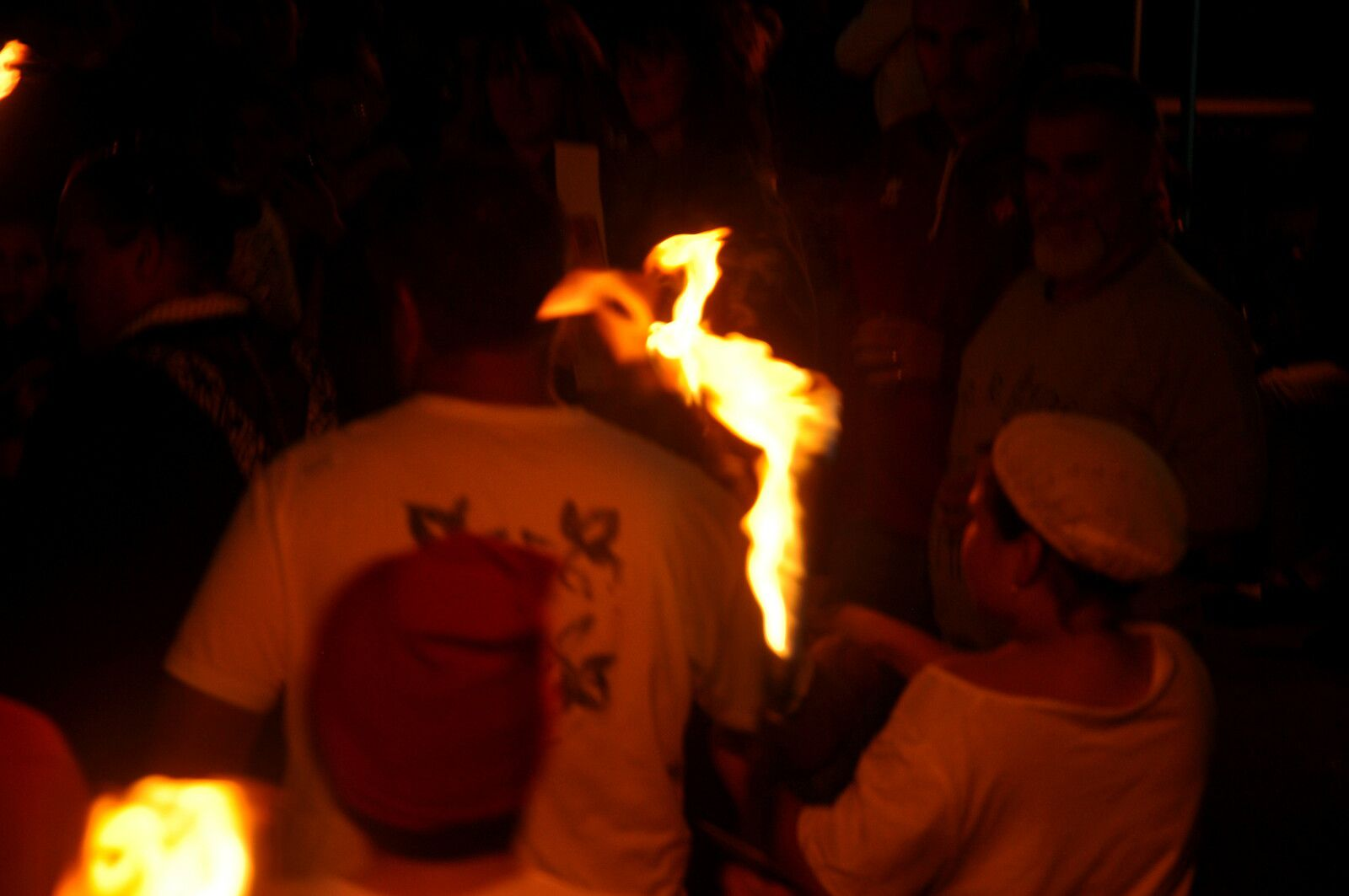 Le feu arrive et tourne autour du futur feu.