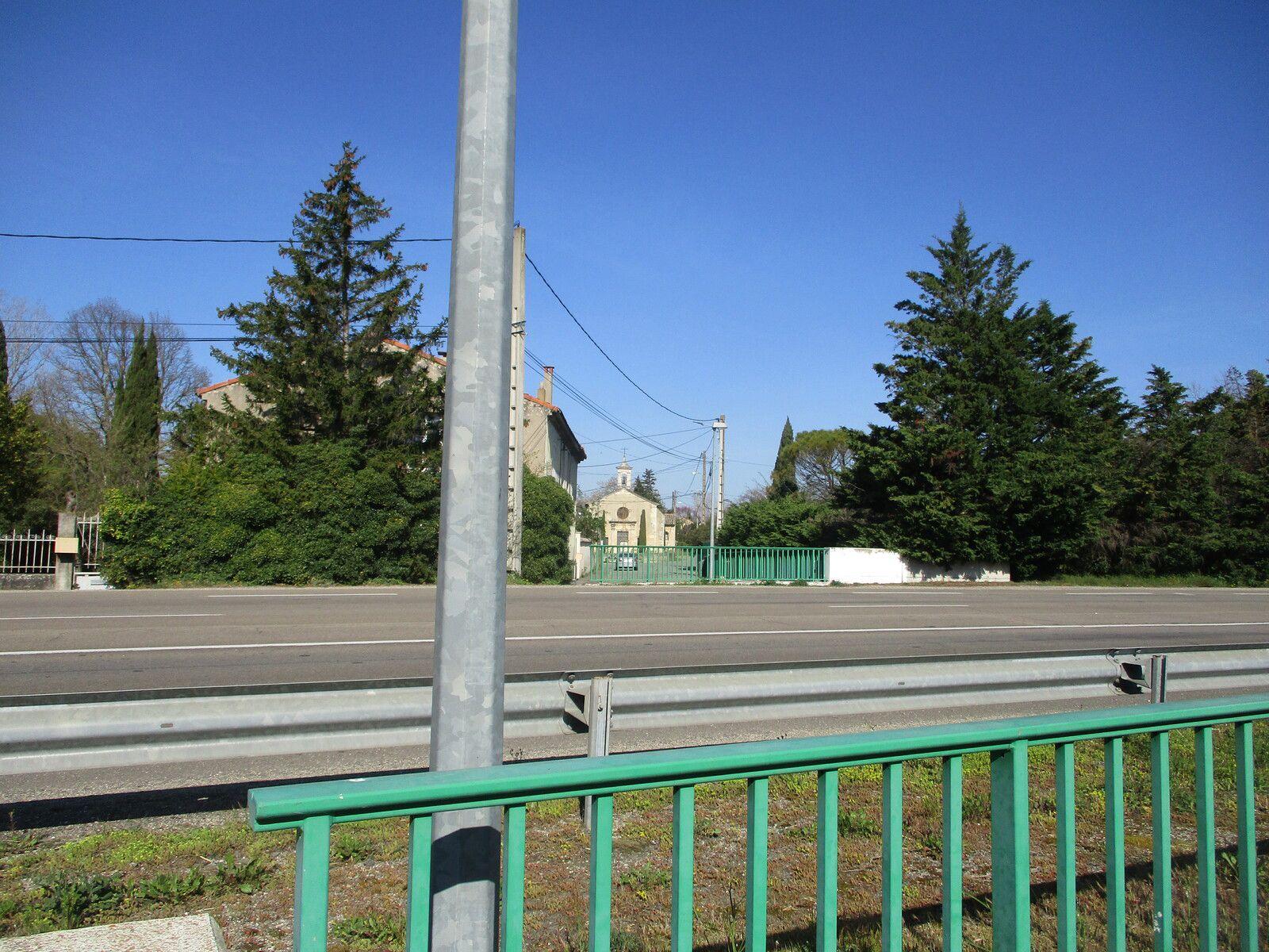 Un beaujour entre 1953/1956,la nationale 7 si chère à Charles Trenet à eut la fâcheuse idée de couper la rue Notre-Dame en deux, ne laissant qu'un passage souterrain aux fidèles pour y accéder. Elle sert aujourd'hui desimple dépôt pour les services techniques de la mairie mais ca reste une chapelle quand même.(Laurent.A)