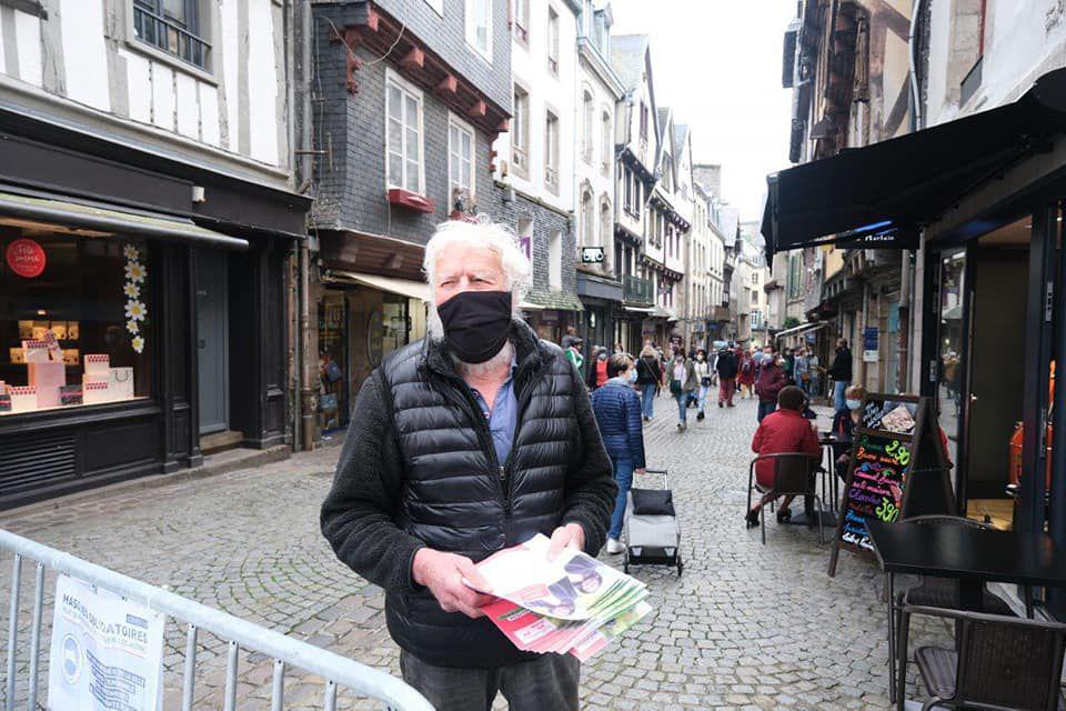 Jean-François Vérant sur le marché de Morlaix ce 29 mai, campagne départementale Finistère & Solidaires (photo Pierre-Yvon Boisnard)