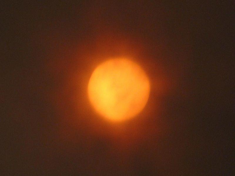 Le soleil avant l'éclipse (8h08) - ISO 100, Focale 432mm, Vitesse 1/10s, Ouverture 3.3, filtre orange.