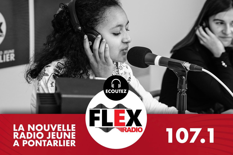 Anthony Borey, entouré de lycéens et lycéennes, anime Flex'Actu le mercredi après-midi sur Flex Radio, la radio jeune de Pontarlier