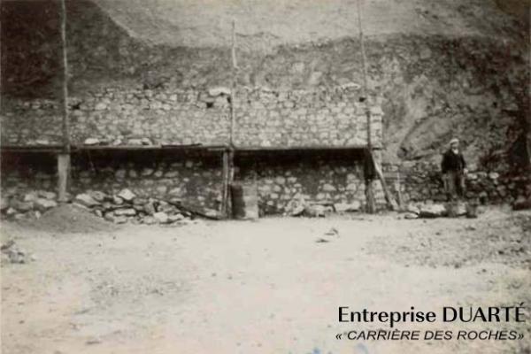 <em>Quelques photos de la carrière des Roches, située sur la commune d'Averton (53), elle a été ouverte en 1949. Ces photos datent probablement des années 48/49.  Le gisement se trouve en partie haute de l'installation, l'approvisionnement des m