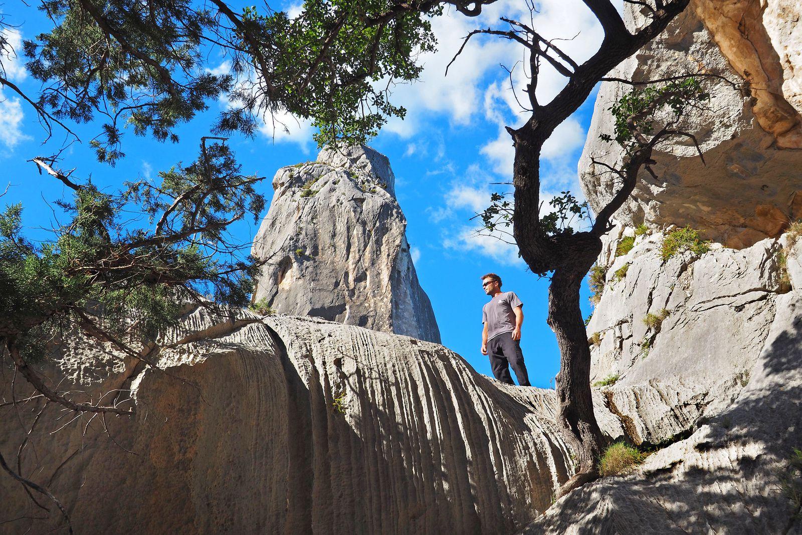 Les Supramonte se trouvent sur la côte est de la Sardaigne, où se déroule le fameux trek du Selvaggio Blu. Son fleuron, classé au patrimoine de l'UNESCO, est la crique de Goloritze, avec sa superbe aiguille. Il est intéressant d'aller crapahuter dessus, ou au moins autour....