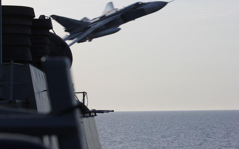 Deux Su-24M Fencer russes effectuent des démonstrations de force au-dessus de l'USS Donald Cook