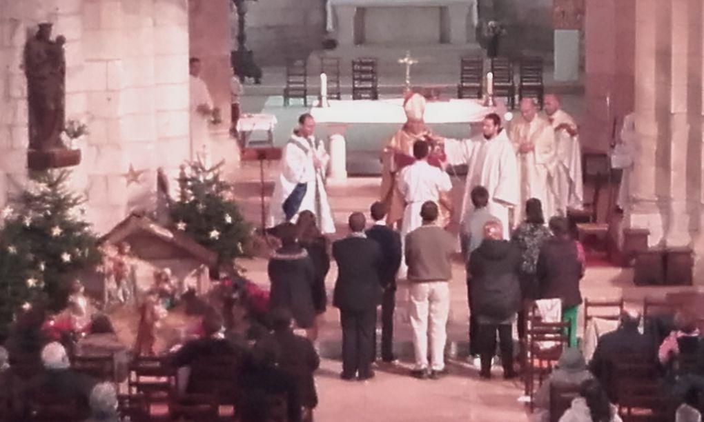 """Monseigneur Georges Colomb avec les """" Confirmants """" ce dimanche matin à l'abbaye aux Dames. Et nous arrivons en 2021, avec les plus belles pensées pour mes fidèles lecteurs, dont certains me suivent depuis 2006. Merci pour leur fidélité et patience."""