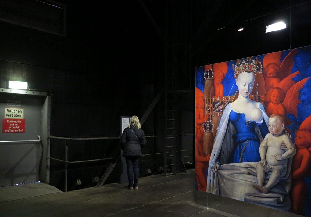 L'un des plus originaux se situe dans la Ruhr, à Essen: dans une énorme citerne métallique désaffectée, plusieurs étages ont été installés, où des dizaines de reproductions iconographiques parmi les plus connues au monde sont exposées ; la qualité de la numérisation est exceptionnelle, ce qui fait que le charme opère, même s'il s'agit de reproductions  grand  format ! Sculptures antiques, photos et peintures modernes se répondent dans cet étrange décor. Une salle de concert (  avec coussins ) diffusant de la musique cool accompagnée d'hologrammes,  jouant avec les formes tubulaires ( dia 2 ) , occupe un autre étage. Et tout en haut,  pour se reposer la vue, on peut découvrir un panorama étonnant de la Ruhr.  Si vous voulez découvrir présentement  l'autoportrait de votre photographe, allez à  la dia 6 !