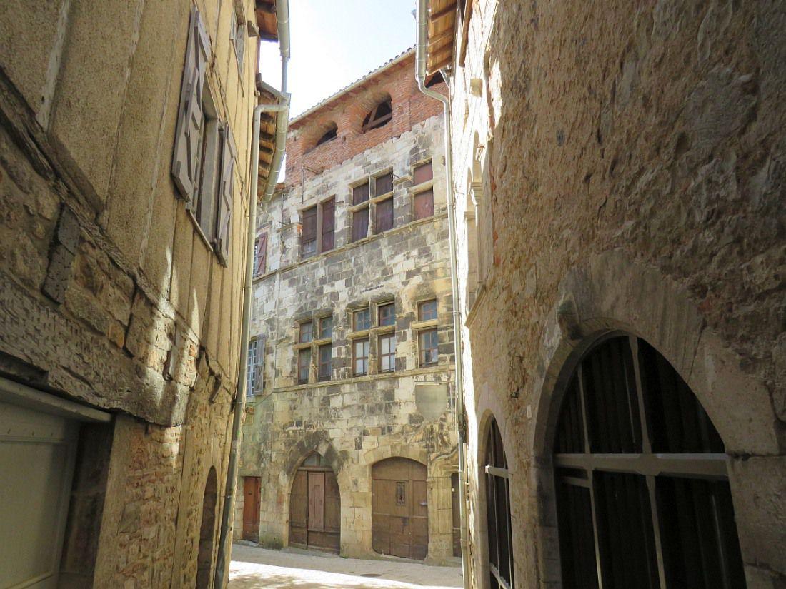 Cité médiévale authentique du Tarn et Garonne, blottie au creux d'une vallée