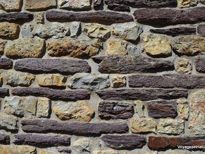Paimpont et ses anciennes forges aux murs de schiste rouge