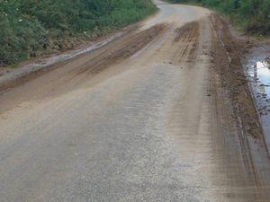 La boue : dans le village Saint-Sauveur-le-Haut, commune La Prénessaye.