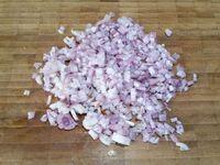 1 - Mettre de l'eau à chauffer dans une grande casserole. Pendant ce temps, couper les blancs de poulet en morceaux. Eplucher l'échalote et l'émincer. Laver et sécher les herbes et les hacher finement. Eplucher un petit bout de gingembre frais et le râper. Tailler les olives noires en morceaux.