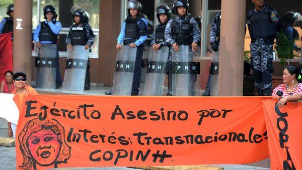 """Manifestacio de la """"NRO Copinh"""" okaze de la morto de Berta Cáceres. Ankaŭ Lesbia Janeth Urquia estis membro de tiu NRO. ORLANDO SIERRA / AFP"""