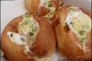 Oeufs cuits dans un pain au lait façon oeufs brouillés