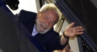 Lula Da Silva, en prison, reste en tête des...