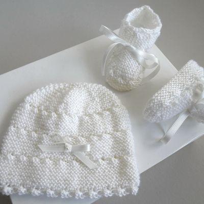 Bonnet et chaussons blancs, bb fille, tricotes main, laine bebe fait main