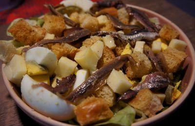 Salade d'œufs durs aux anchois, Cantal et croûtons.