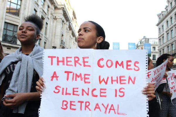 VENAS TEMPO KIAM SILENTO ESTAS PERFIDO - Black Lives Matter protestantoj en Londono (Picture: Rex)