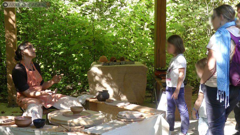 Démonstrations artisanat céramique néolithique et antique (tour à bâton) sur l'Archéosite de la Haute-Île.