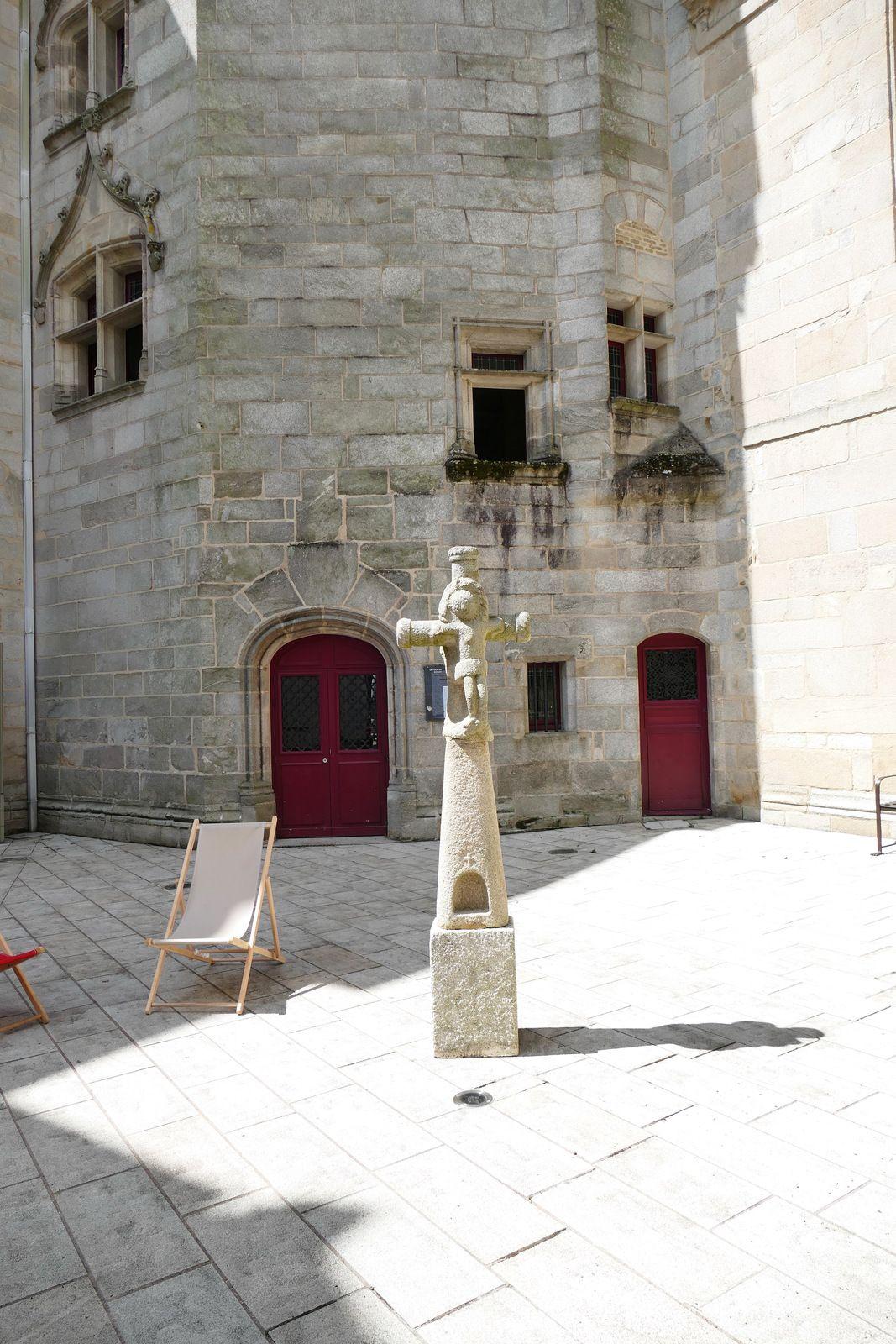 Croix de Gouesnac'h(granite, période médiévale ou XVe siècle), cour du palais épiscopal de Quimper. Photographie lavieb-aile juin 2021.