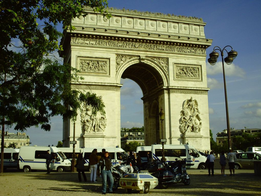 DIAPORAMA 4 PHOTOS - DEVANT L'ARC DE TRIOMPHE