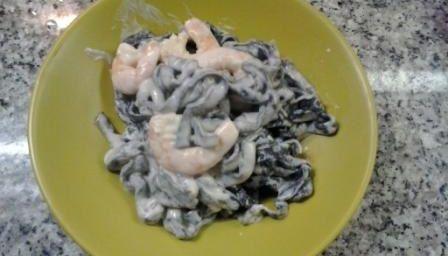 Tagliatelle al nero di seppia con gamberi e bisque semplificata.