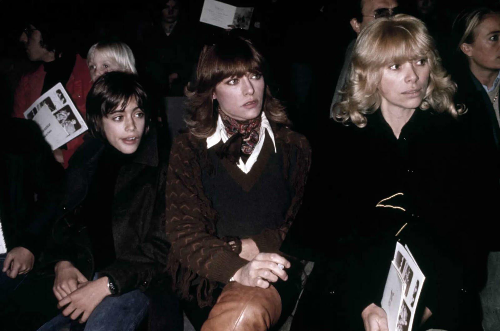 Nathalie Delon avec son fils, Anthony, et Mireille Darc, la nouvelle petite amie d'Alain Delon. (1974.)