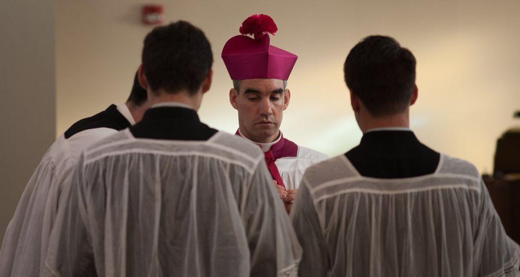 Première Messe Pontificale (basse, avec chapelains, selon la coutume) de Mgr Selway