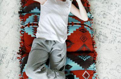 Lit d'oreillers sans couture, juste collé et noué