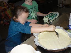 Réalisation de la galette par les grands