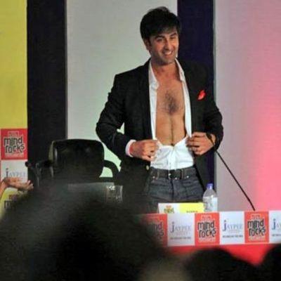 Prueba de que Ranbir Kapoor no se depila el pecho...