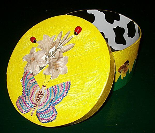 Boîtes décorées en tailles de crayons et peintes par mes soins