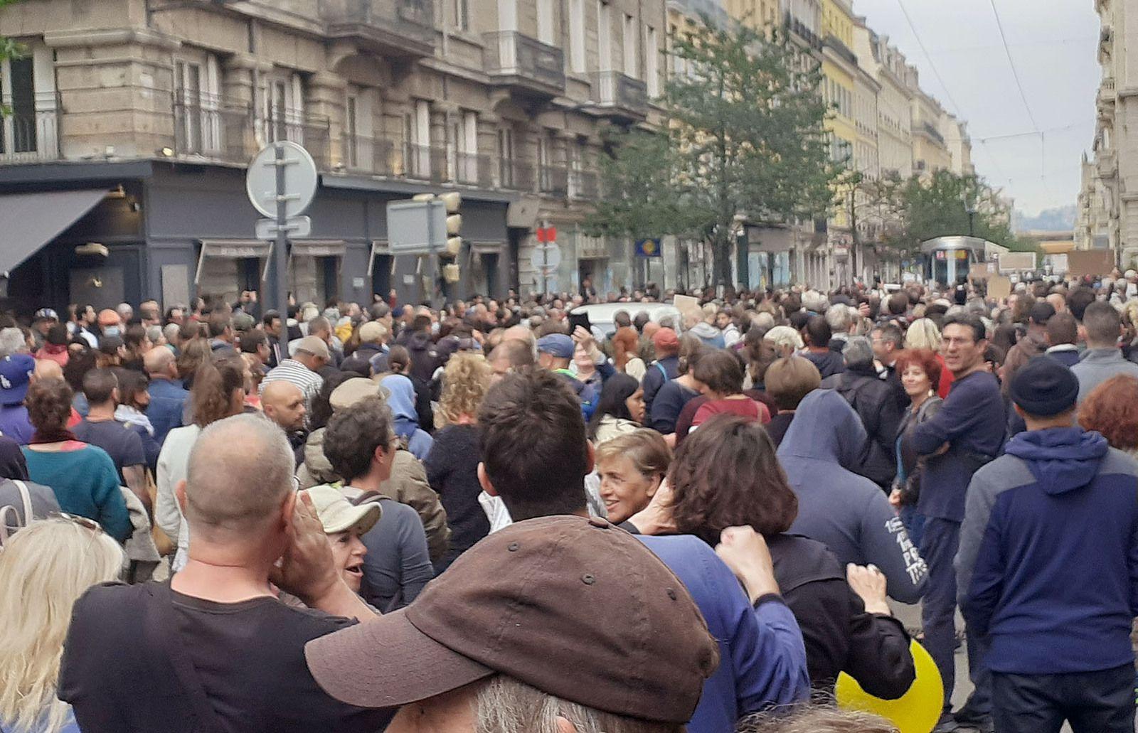 1000 MANIFESTANTS CONTRE LA DICTATURE SANITAIRE