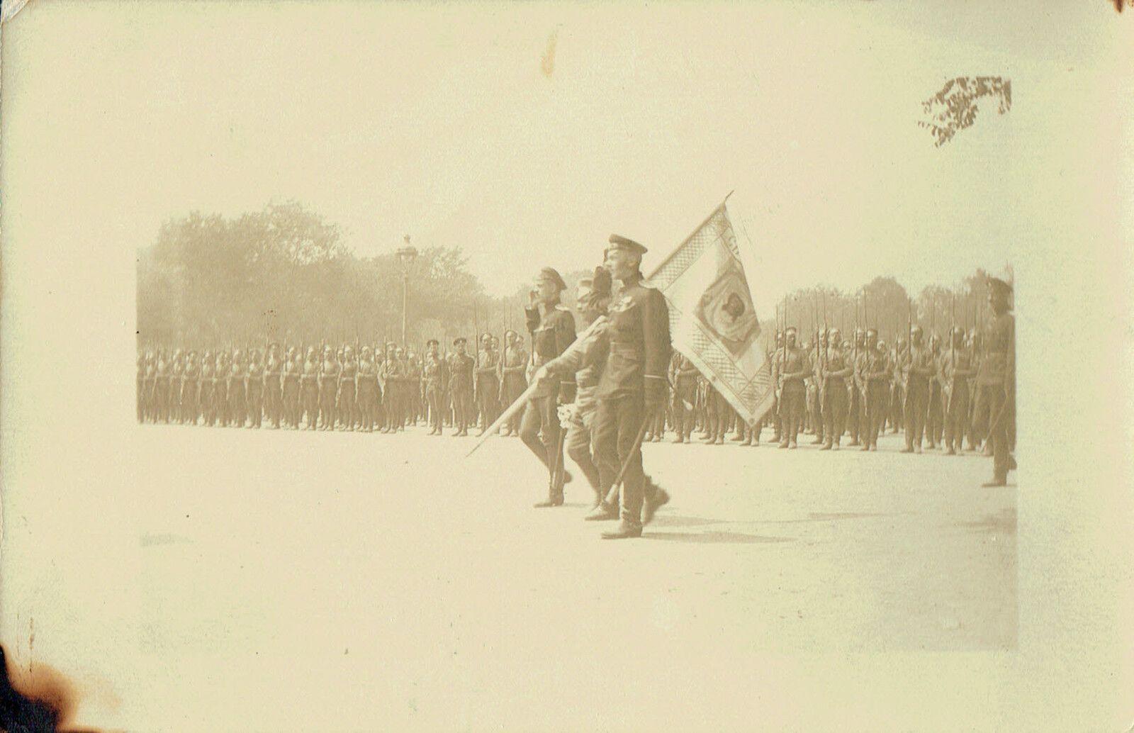 3Fi050-030, Passage des troupes russes à Brest : défilé avec l'étendard blanc de la sainte Russie. « Prise d'armes du 3e régiment, le drapeau est escorté par les aides de camp régimentaires qui saluent jusqu'à ce que l'emblème arrive à son emplacement. »