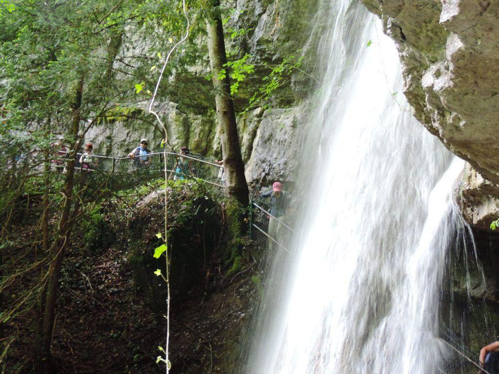 Sentier de la cascade avec le passage sous une première petite chute d'eau.