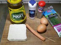 1 - Couper la saucisse en 2 dans le sens de la longueur. Réaliser de petites fentes au couteau sur le dos de la saucisse sans la couper complètement. Placer une petite pique en bout de saucisse, former un cercle et piquer l'autre extrémité pour maintenir en place. Faire de même avec l'autre moitié de knacki.
