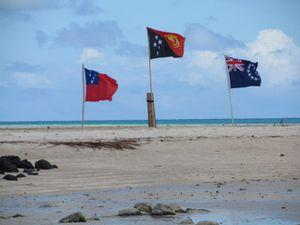 a droite de l'image, le drapeau des îles cook.