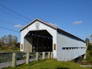 Pont-couvert à la sortie d'Amqui (Pont des Anses-St-Jean)