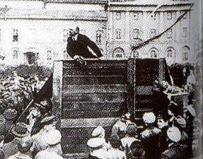 Lénine s'adressant à des soldats.