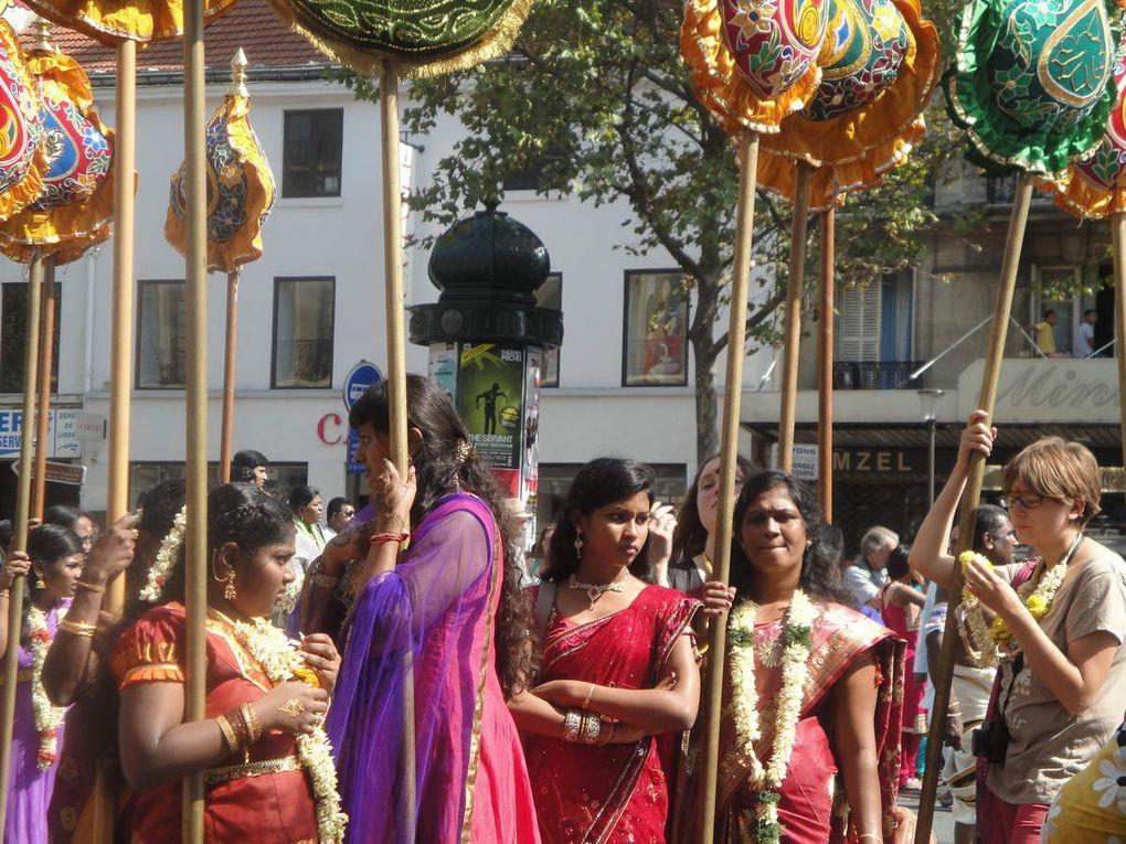 Ganesh, corps d'enfant et tête d'éléphant... posé sur une camionnette ! et promené pendant 4 heures... ceux qui l'accompagnent dans leurs plus beaux atours portent des autels chargés d'offrandes ou d'autres symboles de leur dévotion. .
