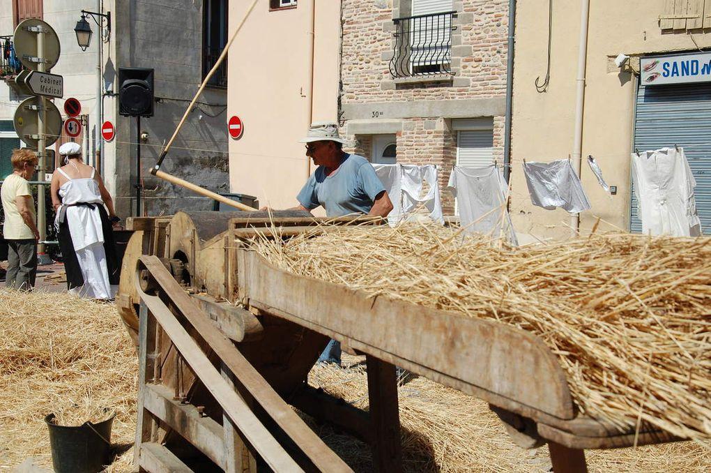 Voici 4 photos sur les faucheurs à la mains, du blé de Claira aussi.