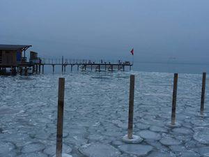 Le lac de Neuchâtel sous la glace