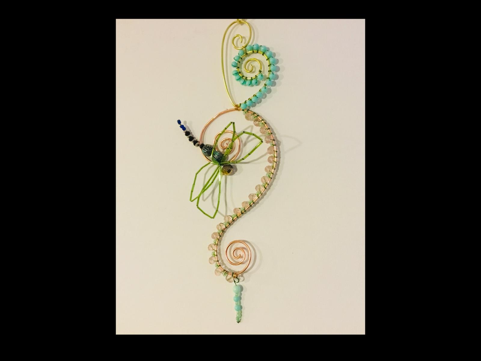 Attrape soleil vert d'eau et rose pâle. Libellule en perles. Cuivre et aluminium. 30 cm.