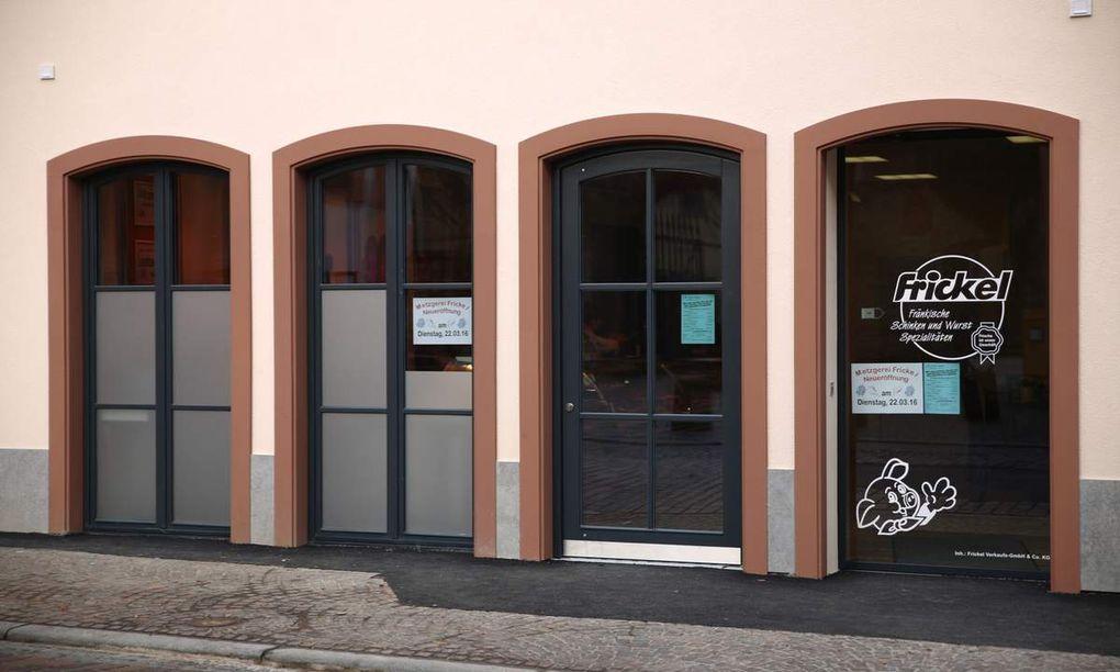 Inmitten des Veitshöchheimer Altortzentrums, wo 2002 die jahrzehntelange Gastronomie des Würzburger Hofes ihren Betrieb einstellte, gibt es seit heute Morgen an traditioneller Stelle ein vielfältiges Wurst-, Fleisch- und Imbissangebot.