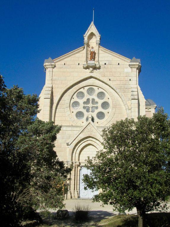 Face au village, se dressent le sanctuaire Saint Joseph et la chapelle du même nom, qui abrite un village provençal miniature et l'hiver, une crèche.