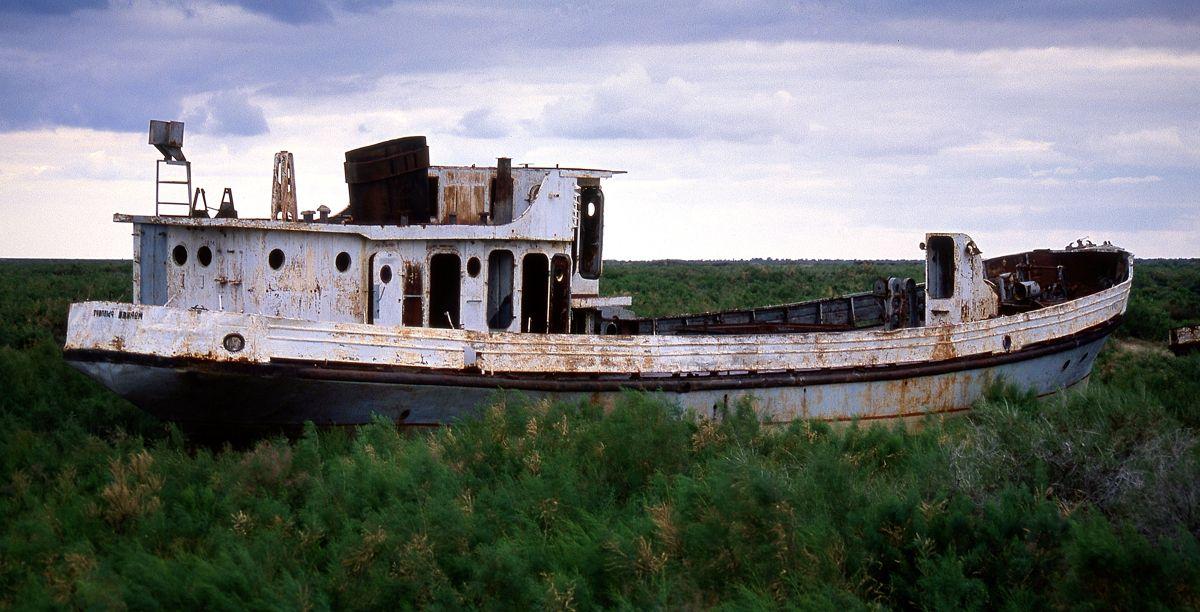 Le bateau Karakapalstan, au milieu de la Mer d'Aral, ne parait ne pas avoir subit l'empreinte du temps.