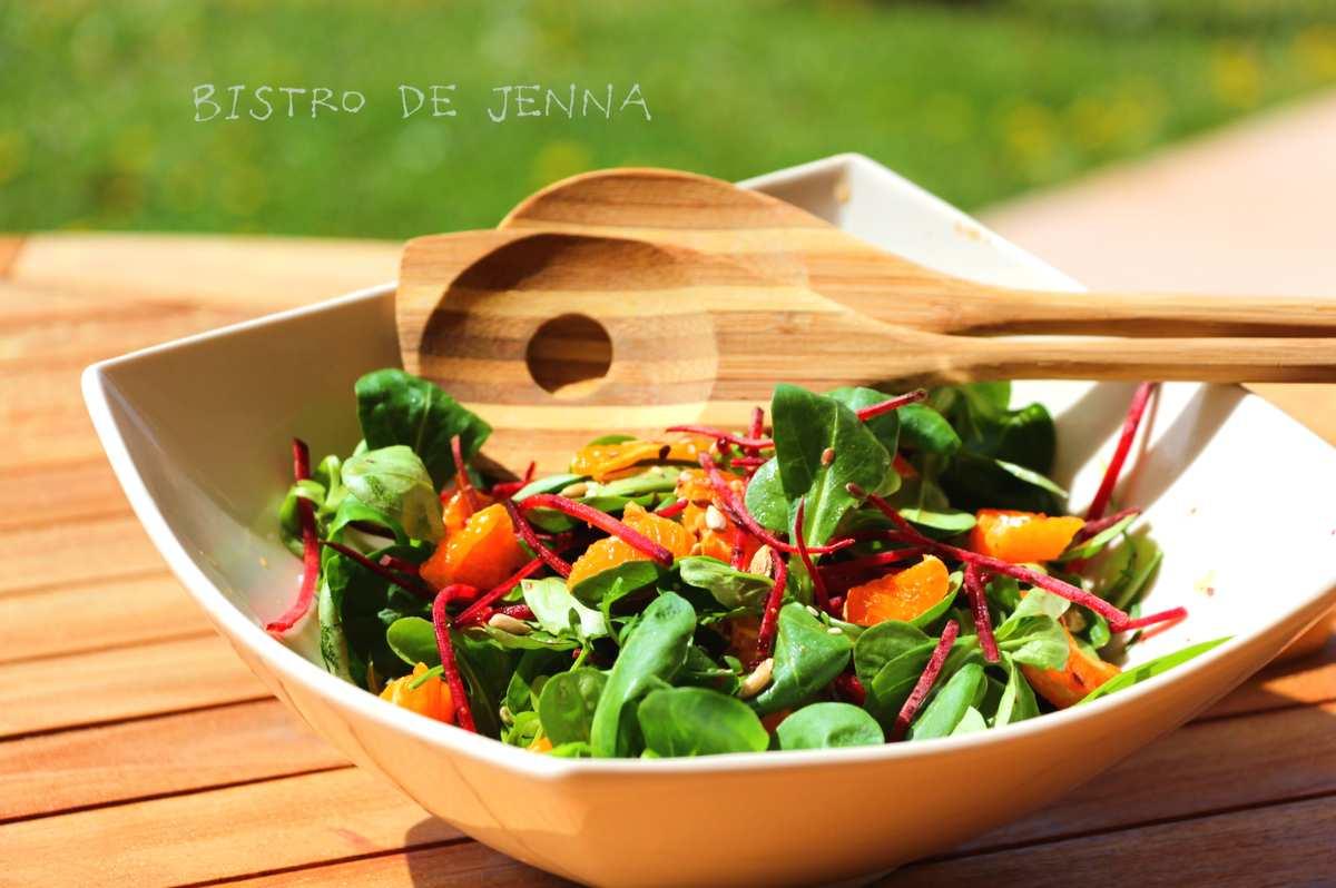 Salade de mâche, betteraves crus et vinaigrette asiatique au sésame et jus d'orange