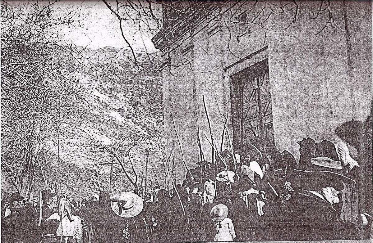 Les Socciais regroupés devant leur église.