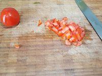 1 - Mettre à cuire la semoule dans une casserole d'eau bouillante (suivant indications sur le paquet). Egoutter la semoule une fois le temps de cuisson écoulé et laisser refroidir. Laver et sécher les légumes et les herbes. Canneler une partie du concombre et  le tailler en rondelles assez fines. Tailler les tomates épépinées en petits cubes. Emincer l'échalote, ciseler le persil et la menthe. Tailler le reste du concombre en petits dés. Oter la tête, et décortiquer 4 gambas, couper en morceaux (en garder 2 entières par timbale donc 4 au total pour la décoration finale).